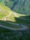 Bergweg die de Karpaten, Roemenië kruisen stock afbeelding