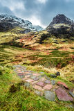 Bergweg die tot de piek leiden royalty-vrije stock fotografie