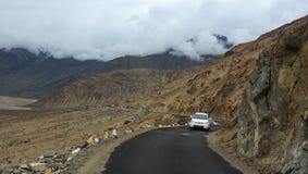 Bergweg in Ladakh, het Noorden van India royalty-vrije stock foto