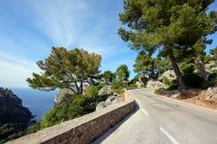 Bergweg langs het overzees dichtbij het dorp Sa Calobra Het Eiland Majorca, Spanje Royalty-vrije Stock Afbeeldingen