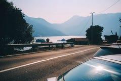 Bergweg met blauwe overzees Adriatische overzeese kust stock foto's