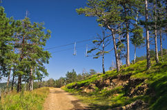 Bergweg onder ropeway in Divcibare Royalty-vrije Stock Afbeeldingen