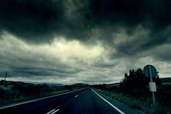 Bergweg op een stormachtige dag royalty-vrije stock afbeeldingen