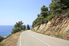 Bergweg op Egeïsche kust Stock Afbeeldingen