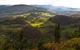 Bergweiden bij de herfst door devinelicht wordt verlicht, Radocelo-berg die Royalty-vrije Stock Fotografie