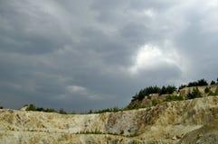Bergwerk mit einem Sturmhimmel Stockbild