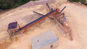 Bergwerkmaschinenvogelperspektive des Brummens stock footage