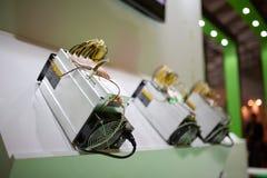 Bergwerksausrüstung Cryptocurrency - ASIC - anwendungsspezifische integrierte Schaltung auf Bauernhofstand stockbilder