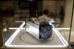 Bergwerksausrüstung Cryptocurrency - ASIC - anwendungsspezifische integrierte Schaltung auf Bauernhofstand an der Ausstellung lizenzfreie stockfotografie