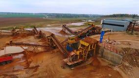 Bergwerksausrüstung am Sandbergwerkgebiet Bergbauförderer am Sandsteinbruch stock video