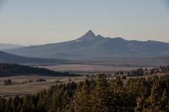 Bergwiesen und Spitzen Stockfoto