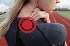 Berühren des Körpers Athletische Eignungsfrau, welche zurück die Muskeln von ihr reibt Sport, der Verletzung ausübt Schmerzlinder Stockfotografie