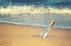 Bericht in de flessen uitstekende foto stock afbeeldingen
