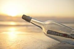 Bericht in een fles stock foto
