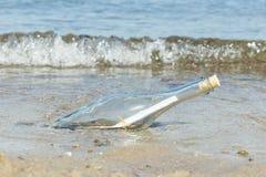Bericht in een fles Stock Foto's