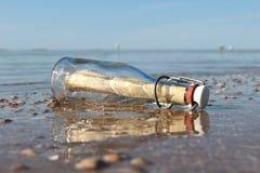 Bericht in een fles 02 stock afbeeldingen