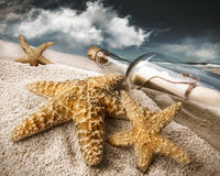 Bericht in een fles die in zand wordt begraven royalty-vrije stock fotografie