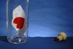 Bericht in een Fles met hart Stock Afbeeldingen