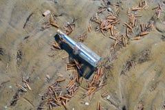 Bericht in een fles op het strand stock afbeelding