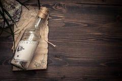 Bericht in een fles op oude papper met exemplaarruimte op tropische houten achtergrond met overzeese shells royalty-vrije stock afbeelding