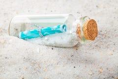 Bericht in flessen, zand royalty-vrije stock afbeeldingen