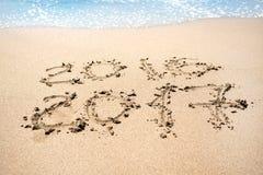 Bericht in het zand bij de strandachtergrond die wordt geschreven Stock Afbeeldingen