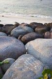 Bericht op de rotsen stock afbeeldingen