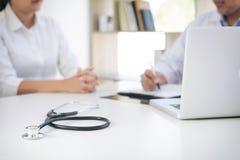 Bericht Professors Doctor und empfehlen eine Methode mit geduldigem trea Stockfoto