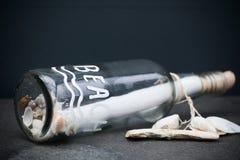 Bericht in Shells Grey Ba van een Flessenglasdocument van het de Zomerstrand Vibe royalty-vrije stock foto