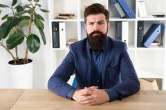 Bericht und Beanstandungskonzept Bärtiger Hippie-Chef des Mannes, der Sie mit Aufmerksamkeit betrachtet Chef sitzen im Büro Chef  lizenzfreie stockbilder