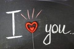 Bericht van liefde De inschrijving op het bord met krijt stock afbeelding