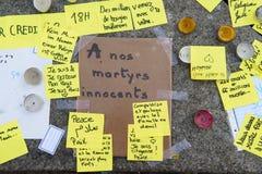 Berichten, kaarsen en bloemen in gedenkteken voor de slachtoffers Stock Afbeelding