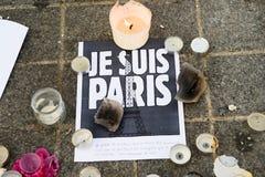 Berichten, kaarsen en bloemen in gedenkteken voor de slachtoffers Royalty-vrije Stock Foto