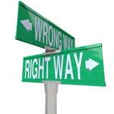 Berichtigen Sie gegen falsche Methode - bidirektionales Straßenschild Lizenzfreie Stockbilder