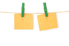 Berichtkaart, pakpapier en houten klemmen Royalty-vrije Stock Afbeelding
