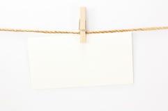 Berichtkaart, Witboek en houten klem Stock Foto's