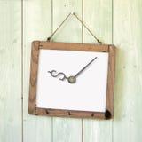 Berichtraad van de klok van het dollarteken het hangen op houten muur Royalty-vrije Stock Foto's