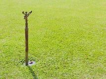 Berieselungsanlagen auf grünem Rasen Lizenzfreies Stockfoto