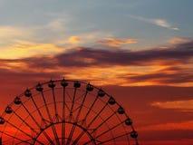 Berijd het Reuzenrad bij zonsondergang royalty-vrije stock afbeelding