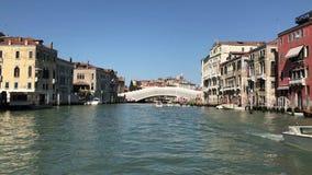 Berijdend door Grand Canal, Venetië stock footage