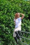 Berijdend meisje op omheining Stock Foto