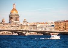 Berijdend op een boot op de rivier Neva, heilige-Petersburg Stock Foto's