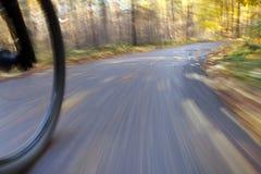 Berijdende fiets. Abstract motieonduidelijk beeld. Stock Fotografie