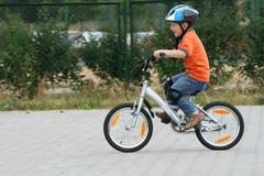 Berijdende fiets in een helm Royalty-vrije Stock Afbeelding