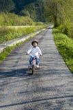 Berijdende fiets in een park Royalty-vrije Stock Afbeeldingen