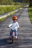 Berijdende fiets in een park Stock Foto