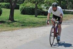 Berijdende fiets in het land Royalty-vrije Stock Foto's