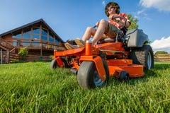 Berijdende grasmaaier Stock Afbeeldingen