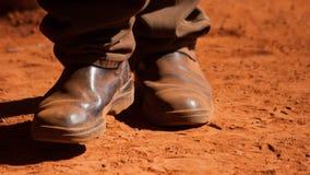 Berijdende laarzen in het rode vuil stock foto's