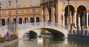 Berijdende paar van de dag het lichte boot in plaza DE espana fontein 4k Sevilla Spanje stock videobeelden